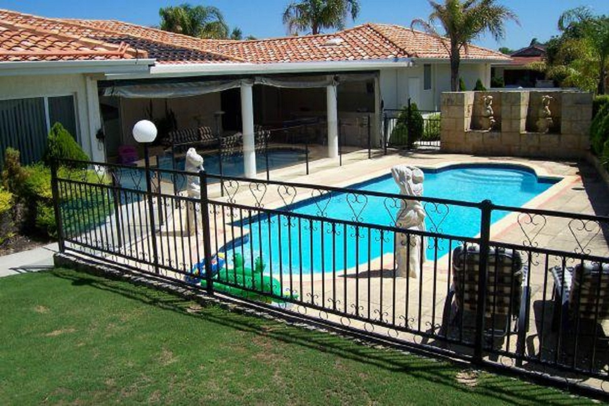 Three Reasons to Install a Fence Around Your Florida Pool